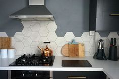 Hottest Photographs Ceramics tile kitchen Concepts Hexagonal Wall Tiles from British Ceramic Tile: Kitchen Update Kitchen Wall Tiles Design, Interior Design Kitchen, Hexagon Tile Backsplash, Modern Kitchen Backsplash, Hexagon Tiles, Backsplash Ideas, Rustic Bedroom Design, Cuisines Design, Updated Kitchen
