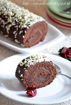 Rulada de ciocolata Chocolate Triffle Recipe, Chocolate Mouse Recipe, Chocolate Roulade, Chocolate Smoothie Recipes, White Chocolate Recipes, Chocolate Frosting Recipes, Lindt Chocolate, Chocolate Shakeology, Chocolate Roll