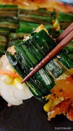 とうもろこしを一本まるまる使った、贅沢なチヂミです。フレッシュが手に入らないときは、缶でも!油で焼かれたコーンの香ばしさがたまりません。 Sushi Recipes, Vegetable Recipes, Asian Recipes, Healthy Recipes, Dessert Chef, Clean Eating Recipes, Cooking Recipes, Eat For Energy, Tastemade Recipes