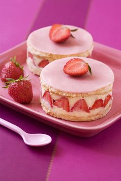Find images and videos about cake, dessert and strawberry on We Heart It - the app to get lost in what you love. Sweet Recipes, Cake Recipes, Dessert Recipes, Köstliche Desserts, Food Cakes, Mini Cakes, Love Food, Sweet Treats, Food And Drink