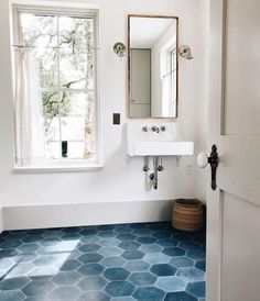 Bathroom, bathroom floor tiles и hexagon tile bathroom. Bathroom Floor Tiles, Bathroom Renos, Bathroom Renovations, Bathroom Interior, Modern Bathroom, Small Bathroom, Master Bathroom, Bathroom Ideas, Tile Floor