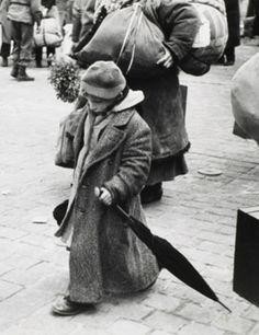 henri cartier bressons biography Henri cartier-bresson (hcb), född 22 augusti 1908 i chanteloup-en-brie, seine-et-marne, död 2 augusti 2004 i montjustin, alpes-de-haute-provence, var en fransk fotograf, ansedd som fotojournalistikens fader [2] [3]han använde sig endast av leicas 35 mm-mätsökarkameror med normalobjektiv - vid enstaka tillfällen även ett.