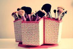 Customizando um porta-talheres giratório você ganha em charme e agilidade.   26 ideias geniais para organizar seus itens de maquiagem