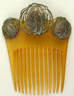 Carved tortoiseshell, gold and silver. Art Nouveau Peacock's Hair Comb. Carved tortoiseshell, gold and silver. Bijoux Art Nouveau, Art Nouveau Jewelry, Peacock Hair, Moda Retro, Vintage Hair Combs, Barrettes, Hair Decorations, Hair Jewelry, Wedding Jewelry