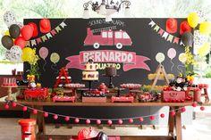 decoração_festa_infantil_bella_fiore_tema_bombeiro_bolos_mesa_de_doces_chalkboard_baloes