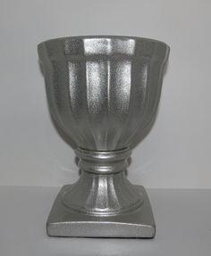 Vaso Prata P Ref: VAL03 Dimensões (cm): 19 alt x 14 diam Material: cerâmica Cor: prata Qtde disponível: 2 Valor por peça: R$ 20,00 ---- Vaso Prata M Ref: VAL02 Dimensões (cm): 23 alt x 16 diam Material: cerâmica Cor: prata Qtde disponível: 2 Valor por peça: R$ 25,00 ---- Vaso Prata G Ref: VAL01 Dimensões (cm): 33 alt x 17 diam Material: cerâmina Cor: prata Qtde disponível: 2 Valor por peça: R$ 30,00