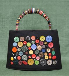 Buttonartmuseum com button bag by vita cochran Button Art, Button Crafts, Handmade Handbags, Handmade Bags, My Bags, Purses And Bags, Sacs Tote Bags, Sewing Crafts, Sewing Projects