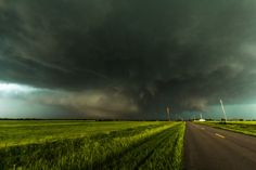 Too many people tried to flee, not seek shelter, when they learned that this — the widest tornado ever recorded — was heading their way. Even earlier tornado warnings might prompt still more people to take such unwise risks. Tornados, El Reno Tornado, Tornado Pictures, Tornado Pics, Oklahoma Tornado, Tulsa Oklahoma, Nature Photography, Travel Photography, Falling Skies