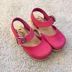Little Lotta's low wood pink clogs