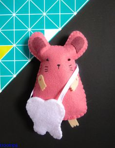 Ratoncito Pérez. Con bolsita para guardar los dientes. de troompa en Etsy Tooth Mouse, Sewing Tutorials, Sewing Projects, Felt Purse, Tooth Fairy Pillow, Cute Toys, Sewing Toys, Felt Toys, Baby Boutique