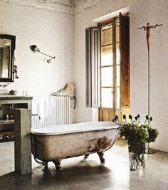 clawfoot soaker tub