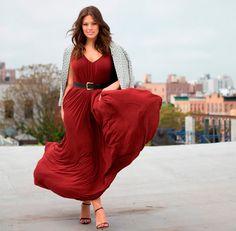 Street style da modelo plus size Ashley Graham com maxi vestido vermelho.