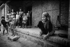 Một cụ bà, người đã trải qua ít nhất 2 cuộc chiến tranh và những đứa trẻ đang được lớn lên trong hòa bình.1980