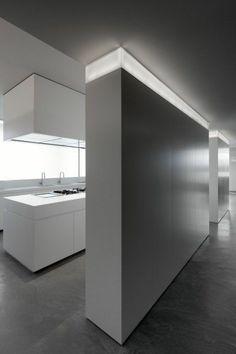 comiche eclairage indirect dans le couloir d'esprit loft et beton cire