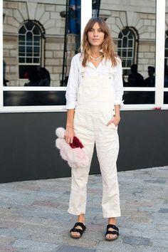 London Fashion Week LFW Street Style - Alexa Chung wearing white dungarees and Birkenstocks London Fashion Weeks, Fashion Line, Star Fashion, Look Fashion, Fashion Trends, Fashion Story, High Fashion, Alexa Chung Style, White Dungarees