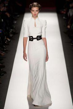 Carolina Herrera: desfile O/I 2013-14 en NYFW vestido largo blanco entallado con cinturón negro
