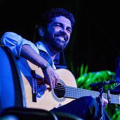 """Hola Amigos En nuestra sección """"FOTOGRAFÍA FLAMENCA"""" de esta semana, hemos elegido a un gran Maestro del Toque Flamenco, hablamos del guitarrista José Carlos Gómez nacido en Algeciras (Cádiz) el 16 de Junio de 1972. A los cinco años pide una guitarra flamenca como regalo de reyes a sus padres, pues desde que vio a Paco de Lucia en la televisión con unos 3 años de edad quedó enamorado de ese sonido. www.fundacionguitarraflamenca.com"""