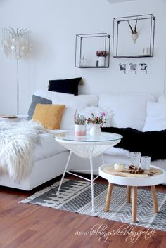 Living Room Wohnzimmer Wandregale Metall schwarz Wohnzimmertisch Sofa Kivik Couchtisch Schaffell Herbstdekoration Teppich Boho Baby Boo Fall  lieblingsidee Blog: Unser herbstlich dekoriertes Wohn- und Esszimmer
