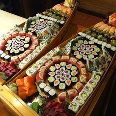 DREAM SUSHIS BOAT Arte Do Sushi, Sushi Comida, Sushi Boat, Sushi Night, Sushi Party, Sushi Time, Oriental Food, Sushi Rolls, I Love Food