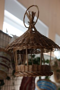 use rolled news paper Newspaper Basket, Newspaper Crafts, Paper Weaving, Weaving Art, Willow Weaving, Basket Weaving, Corn Dolly, Bird House Feeder, Bird Houses