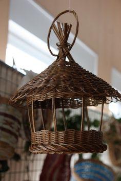 Mangeoire à oiseaux en rotin teinté. www.vannerie-osier-rotin.com