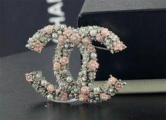 Chanel Pearls, Chanel Jewelry, Jewlery, Estilo Coco Chanel, Jewelry Accessories, Fashion Accessories, Mode Chanel, Chanel Brooch, Coco Mademoiselle