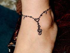 tatouage cheville femme bracelet style chaine au pied avec pendentif tattoo clé de sol