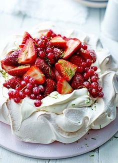 Yummy looking Pavlova dessert! Pavlova is a meringue-based dessert named after the Russian ballerina Anna Pavlova. It is a meringue cake with a crisp crust and soft, light inside, usually topped with whipped cream and fruit. Just Desserts, Delicious Desserts, Dessert Recipes, Yummy Food, Summer Desserts, Cupcakes, Love Food, Sweet Recipes, Sweet Tooth