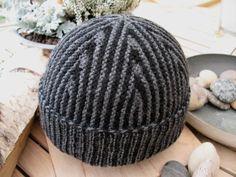 Simpelthen en genial hue til drenge og mænd, som er nem og sjov at strikke, når man kan strikke vendestrik. Den originale TYCHUS model er d... Knitted Shawls, Knitted Fabric, Knit Crochet, Crochet Hats, Knit Hats, Knitting For Charity, Bonnet Hat, Diy Projects To Try, Hats For Men