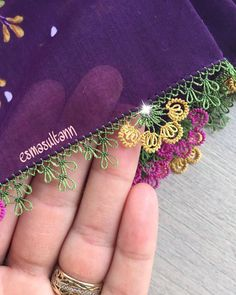 Fotoğraf açıklaması yok. Embroidery Neck Designs, Hand Embroidery Videos, Embroidery Jewelry, Baby Knitting Patterns, Lace Knitting, Crochet Patterns, Needle Tatting, Tatting Lace, Hairstyle Trends