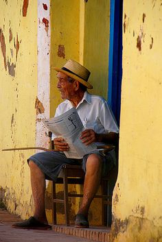 Just reading the paper in Cuba. We Are The World, People Around The World, Cuba People, Going To Cuba, Trinidad Cuba, Colonial, Photo Vintage, Vintage Poster, Bahamas