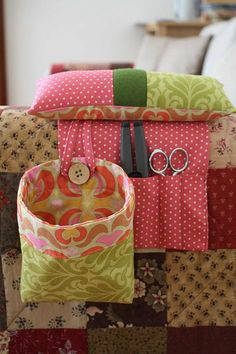 iNotice the button & loop for the detachable thread catcher. --good ideas to make my next thread catcher more useful Sewing Hacks, Sewing Tutorials, Sewing Patterns, Bag Tutorials, Purse Patterns, Fabric Crafts, Sewing Crafts, Sewing Caddy, Sewing Kits