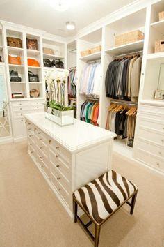 Este es mi vestidor. Está en mi dormitorio a la derecha en mi pasillo. Tiene un montón de ropa en el mismo. Es blanco.