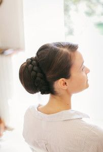 Braid-Wrapped Bun For a very classic look, a large ballerina bun at the nape of the neck is adorned with a simple braid. See more formal wedding hairstyles. Bridal Bun, Chignon Wedding, Bridal Braids, Bridal Hairdo, Bridal Hair Pins, Wedding Hair And Makeup, Wedding Beauty, Cool Braid Hairstyles, Braided Hairstyles For Wedding