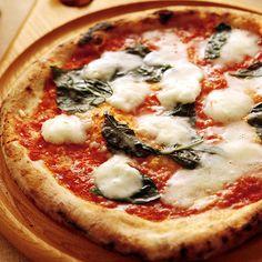 """イタリアナポリから届けられる一口サイズの最高級モッツァレラチーズ""""ボッコンチーニ""""だけを使用した贅沢な一枚。 シンプルながら濃厚でミルキーな美味しさがお楽しみいただけるプレミアムなピザです!"""