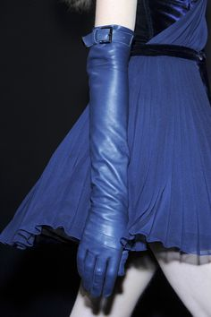 thegeniusoffashion: bienenkiste: Versus Fall/Winter 2010 I love the gloves! Blue Gloves, Long Gloves, Style Bleu, My Style, Caroline Reboux, Bleu Indigo, Azul Indigo, Kobalt, Gloves Fashion