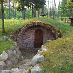Cute root cellar Wine cellar ideas and inspirations Wine cellars are dreams of luxury that many homeowners don't even think about. But if your love of wine is big enough to make you think that your wi Underground Shelter, Underground Homes, Underground Cellar, Root Cellar Plans, Earth Homes, Natural Building, Garden Buildings, Earthship, Stone Houses