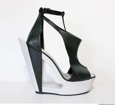 Especiales zapatos de diseño (alta costura) por el diseñador holandés Ilja Visser. Ella comenzó su carrera de moda en la escuela de Artes, Artez en Arnhem. Durante su estudio en diseño de moda, internó con Donna Karan y Maria Cornejo en Nueva York. En 2009 fundó su propia marca de moda, situado en el canal Prinsengracht en Ámsterdam, con el nombre de grupo de Ilja Visser. En 2013, Visser hizo su debut con el sello ILJA en la semana de alta costura en París. Costura por Ilja Visser es usado…