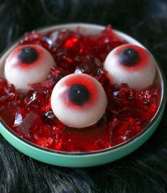 DIY Gummy Eyeballs for Halloween DIY gummy eyeballs! Just 4 ingredients and a spherical ice cube mold to make slimy jelly eyeballs for Halloween! Halloween Jelly, Scary Halloween Cakes, Scary Cakes, Bolo Halloween, Halloween Decorations For Kids, Halloween Eyeballs, Halloween Desserts, Halloween Food For Party, Halloween Candy
