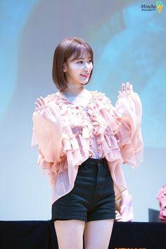 Sakura Miyawaki, Pink Themes, Japanese Girl Group, Japan Girl, Kim Min, Pop Group, Kpop Girls, Yuri, Cute Girls