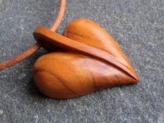 Dřevěný šperk - lístek nebo srdíčko