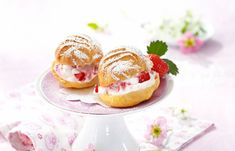 Brandteigkrapferl mit Erdbeercreme Creme, Panna Cotta, Ethnic Recipes, Drinks, Food, Strawberries, Cakes, Food Food, Rezepte