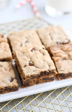 One bowl peanut butter chocolate chip bars! Soft and chewy and deliciously decadent served bite size…or warmed up with a little scoop of ice cream. I really, really, really wish these glorious peanut butter Köstliche Desserts, Delicious Desserts, Dessert Recipes, Bar Recipes, Health Desserts, Dinner Recipes, Peanut Butter Cookie Bars, Chocolate Peanut Butter, Pavlova