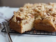 Apfelkuchen ist mein Lieblingsnachtisch, und dieses Rezept ist so unkompliziert und lecker!