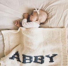 Cream blanket & dark gray name Big Beds, Dark Grey Color, White Box, Cozy Blankets, Baby Names, Baby Knitting, Cribs, Comfy, Bebe