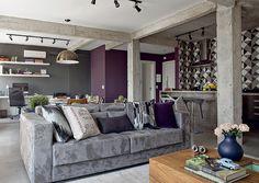 A sala, a cozinha e o terceiro quarto foram integrados, formando um grande living com vigas de concreto aparentes. Projeto da arquiteta Gabriela Marques