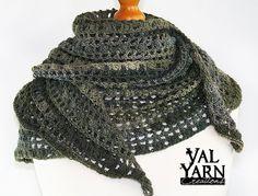 Chale echarpe etole croissant de lune crocheté à la main en laine et acrylique aux tons neutres degrades gris olive kaki