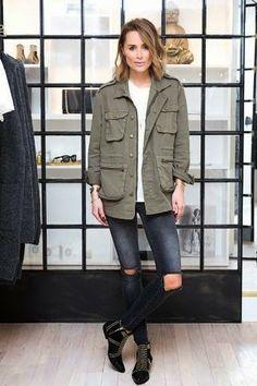 How to wear parka jacket Moda Streetwear, Streetwear Fashion, Casual Street Style, Casual Chic, Army Jacket Outfits, Shirt Jacket, Fall Outfits, Casual Outfits, T Shirt Branca