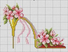 point de croix chaussures, talons aiguilles jaunes avec fleurs roses et lacets - cross-stitch yellow shoes, high heels stilettos with pink flowers and lace