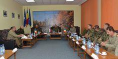 """COMANDANTUL FORŢELOR TERESTRE DIN ARMATA SERBIEI, ÎN VIZITĂ LA ACADEMIA FORŢELOR TERESTRE • În data de 25  septembrie, membrii comunităţii Academiei Forţelor Terestre """"Nicolae Bălcescu"""" au primit vizita unei delegaţii, din care au făcut parte comandantul Forţelor Terestre din Armata Serbiei, general-locotenent Milosav Simović,  şi şeful Statului Major al Forţelor Terestre din Armata României, general-maior Dumitru Scarlat. Alma Mater, Academia, Conference Room, Student, Table, Home Decor, Decoration Home, Room Decor, Tables"""